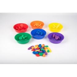 Bols et objets à trier colorés